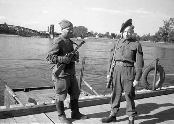 Żołnierze radziecki i brytyjski nad Łabą - Sputnik Polska