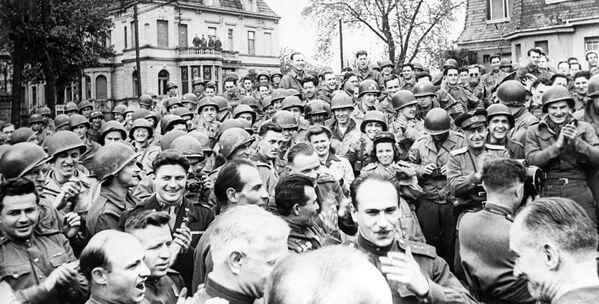 25 kwietnia 1945 wojska 1. Frontu Ukraińskiego Armii Czerwonej spotkały się z wojskami amerykańskimi. - Sputnik Polska