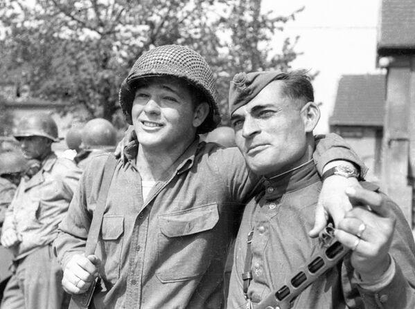 Czerwonoarmista Iwan Numladze i szeregowy amerykańskiej armii Biron Shiver spotkali się nad Łabą - Sputnik Polska