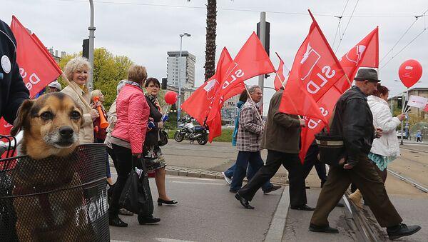 Uczestnicy marszu z okazji 1 maja z flagami SLD - Sputnik Polska