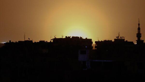 Łuna od wybuchów na międzynarodowym lotnisku w Damaszku - Sputnik Polska