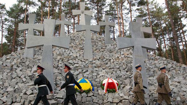 Żołnierze pod pomnikiem polskich oficerów na przedmieściach Kijowa - Sputnik Polska