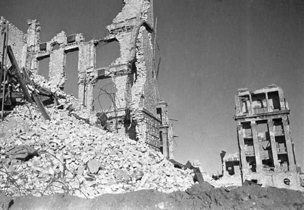 Budynki zniszczone w wyniku walk ulicznych w Stalingradzie w 1942 roku. - Sputnik Polska