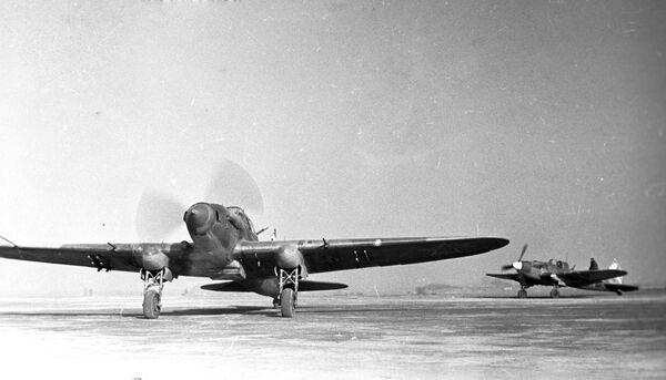 Samoloty szturmowe lecą na zadanie bojowe podczas bitwy stalingradzkiej w styczniu 1943 roku. - Sputnik Polska