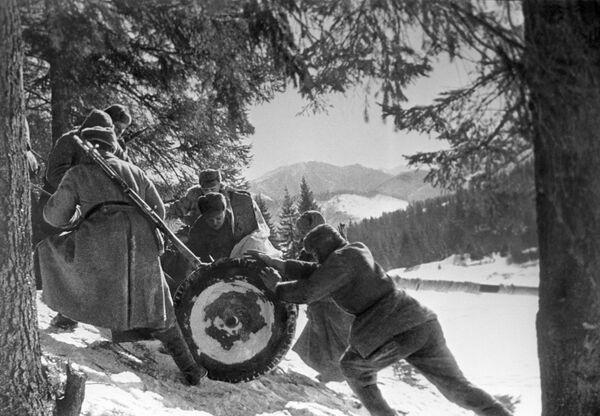 Żołnierze 4. Frontu Ukraińskiego pchają w górę lekką broń artyleryjską (1945 rok). - Sputnik Polska