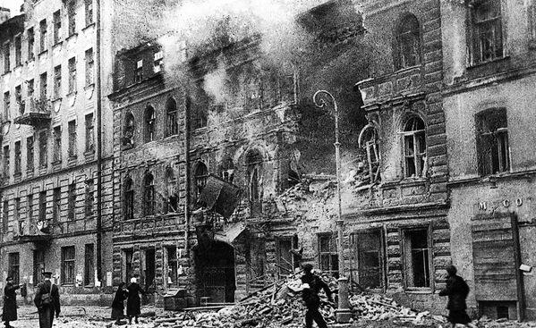 Leningrad podczas ostrzału artyleryjskiego w 1942 roku. - Sputnik Polska