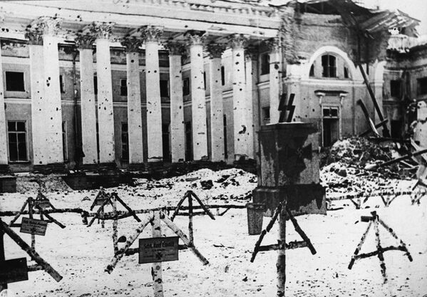 Cmentarz przed budynkiem Pałacu Aleksandrowskiego w Puszkinie (w Carskim Siole) w 1944 roku. - Sputnik Polska