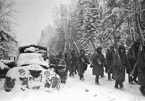 Batalion narciarski Frontu Leningradzkiego niedaleko miasta Tichwin w 1941 roku. - Sputnik Polska