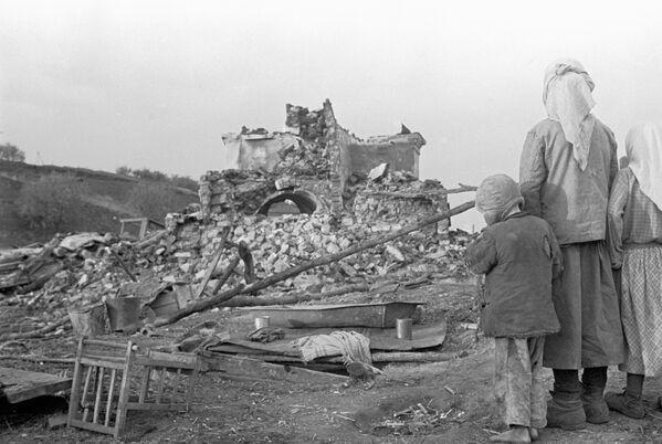 Na zgliszczach rodzinnego domu na Biaorusi w 1944 roku. - Sputnik Polska