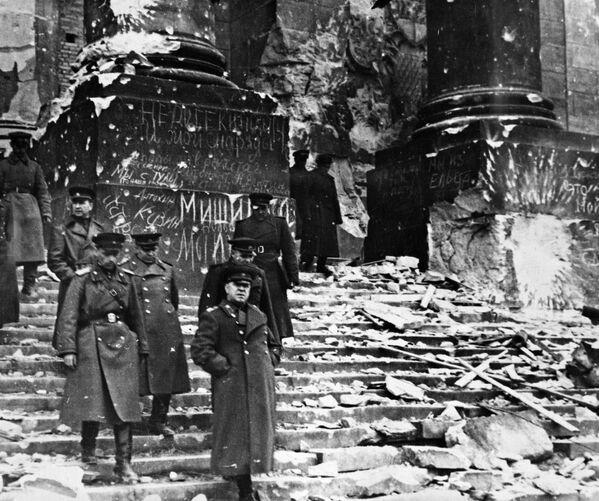Marszałek ZSSR Gieorgij Żukow przed gmachem Reichstagu. - Sputnik Polska