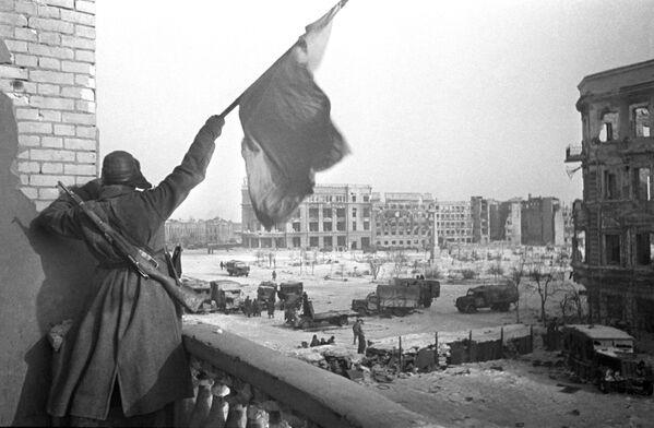Czerwony sztandar nad centralnym placem w wyzwolonym Stalingradzie w 1943 roku. - Sputnik Polska