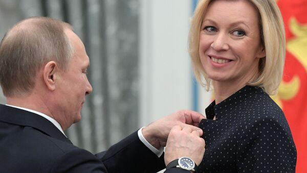 Władimir Putin i Maria Zacharowa podczas wręczania odznaczeń państwowych - Sputnik Polska