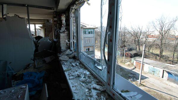 Mieszkanie w zniszczonym domu w wyniku ostrzału ukraińskich sił zbrojnych w miejscowości Donieck-Siewiernyj - Sputnik Polska