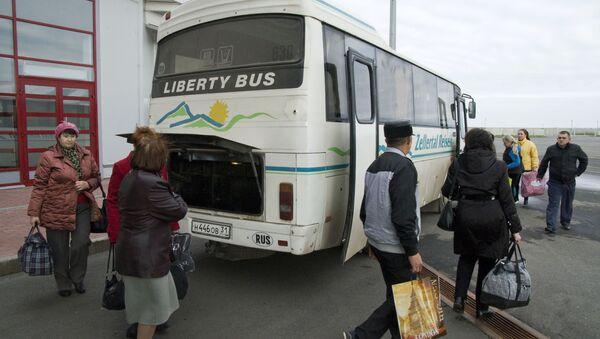 Pasażerowi wychodzący z autobusu w celu przejścia kontroli celnej na punkcie granicznym Szebekino - Sputnik Polska