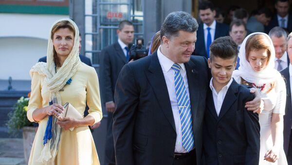 Prezydent Ukrainy Petro Poroszenko z żoną Mariną i synem Michaiłem w Soborze Mądrości Bożej w Kijowie - Sputnik Polska