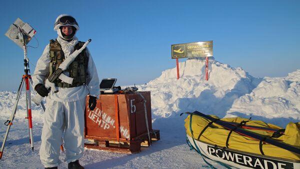Uczestnik ekspedycji na Biegun Północny zorganizowanej przez Centrum Ekspedycyjne Ministerstwa Obrony Rosji - Sputnik Polska