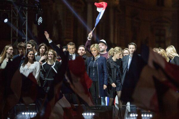 """Przemawiając w sztabie wyborczym, Macron podziękował Francuzom za zwycięstwo. Zapewnił też, że Francja za jego rządów będzie przestrzegać """"zasad pokoju i równowagi międzynarodowej"""". - Sputnik Polska"""