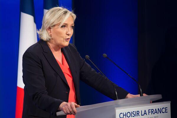 Liderka partii Front Narodowy Marine Le Pen zdobyła 10,6 mln głosów (33,9%), praktycznie dwukrotnie poprawiając wynik swojego ojca, założyciela Frontu Narodowego Jeana-Marie Le Pena, który w drugiej turze wyborów w 2002 roku zdobył 5,5 mln głosów (17,8%), przegrywając z Jacquesem Chirakiem. - Sputnik Polska