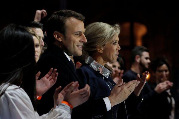Prezydent elekt Emmanuel Macron z małżonką podczas obchodów zwycięstwa w wyborach. - Sputnik Polska