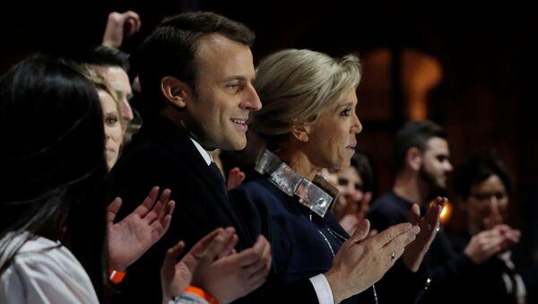 Emmanuel Macron z żoną - Sputnik Polska