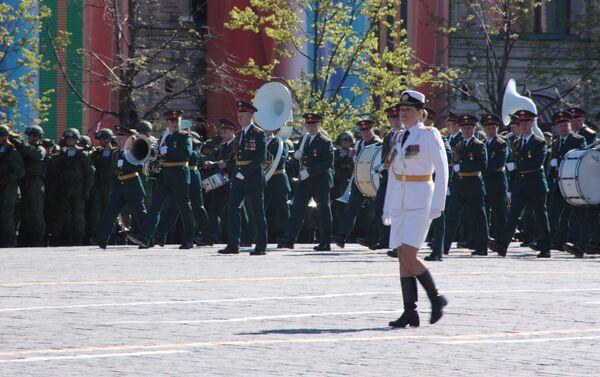 Piękne Rosjanki w mundurach przyciagają wzrok nie tylko swoich kolegów, ale też publiczności. - Sputnik Polska