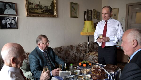 Prezydent Rosji Władimir Putin i były szef radzieckiej grupy wywiadowczej KGB w Dreźnie Łazarz Matwiejew podczas spotkania w Żulebinie - Sputnik Polska