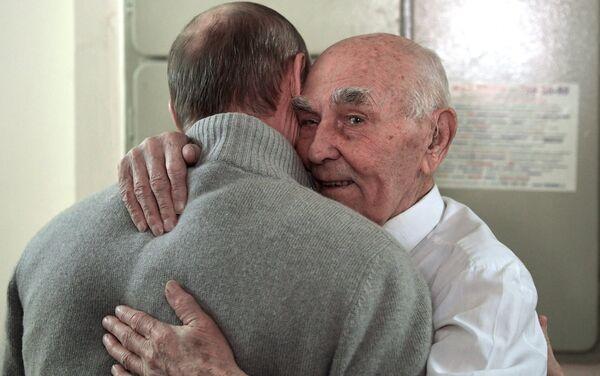 Prezydent Rosji Władimir Putin i były szef radzieckiej grupy wywiadowczej KGB w Dreźnie Łazarz Matwiejew podczas spotkania w Żulebinie. - Sputnik Polska