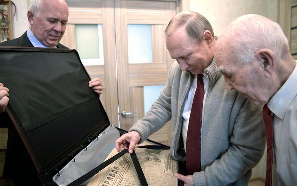 """Jeden z prezentów od Władimira Putina - egzemplarz gazety """"Prawda, który ukazał się w dniu urodzin Matwiejewa w 1927 roku. - Sputnik Polska"""