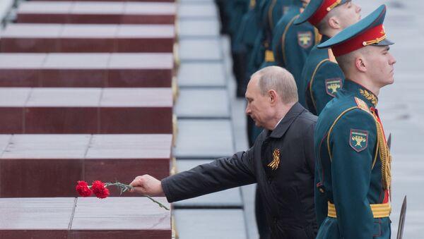 Prezydent Rosji Władimir Putin na ceremonii złożenia kwiatów na Grobie Nieznanego Żołnierza w Sadzie Aleksandrowskim - Sputnik Polska