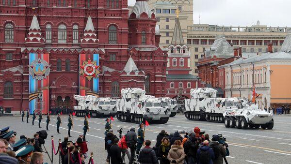 """Transporter opancerzony BTR-82A, przeciwlotniczy system rakietowy """"Tor M2"""" na bazie transportera DT-30 i przeciwlotniczy system rakietowy """"Pancyr SA"""" podczas parady wojskowej w Moskwie - Sputnik Polska"""