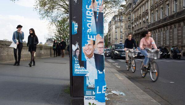 Plakat wyborczy Emmanuela Macrona w Paryżu - Sputnik Polska