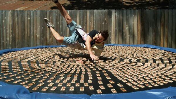 Amerykanin skoczył na trampolinę z tysiącem załadowanych pułapek na myszy - Sputnik Polska