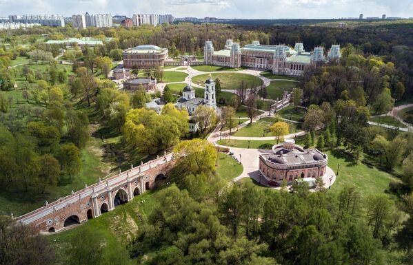 """W czerwcu odbędzie się letni quest """"Cienistymi alejami"""", którego uczestnicy będą musieli odpowiedzieć na pytania o budowę liści i cechy szczególne roślin rosnących na terenie parku. - Sputnik Polska"""
