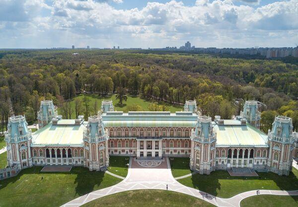 """Muzeum """"Carycyno"""" mieści się na południu Moskwy, przy stacji metra o tej samej nazwie. Na jego terenie znajduje się kompleks pałacowy, oranżeria, historyczny park, a także nowe strefy kwiatowe i fontanny świetlno-muzyczne. - Sputnik Polska"""