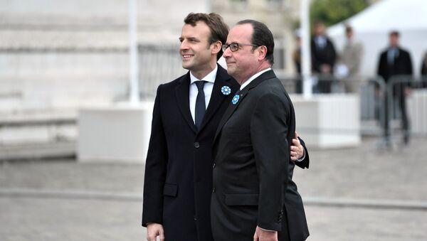 Zgodnie z ceremoniałem Emmanuel Macron najpierw spotkał się z ustępującym Fracoisem Hollandem w Pałacu Elizejskim - Sputnik Polska