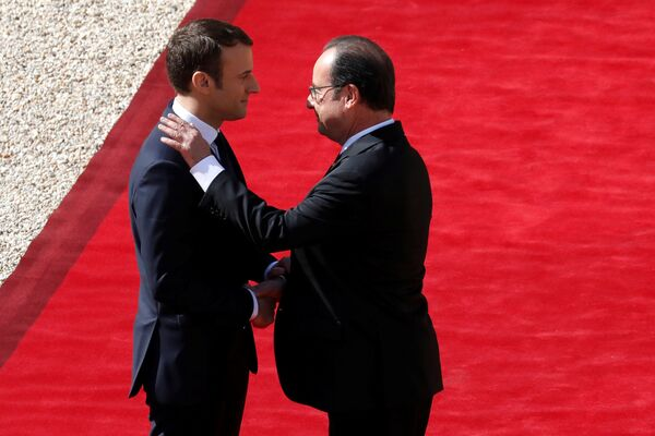 Zgodnie z ceremoniałem Macron najpierw spotkał się z ustępującym Fracoisem Hollandem w Pałacu Elizejskim. - Sputnik Polska