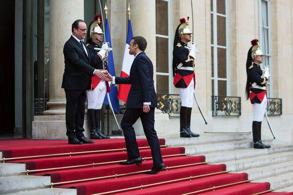 Prezydent Francji Francois Hollande i prezydent elekt Emmanuel Macron podczas ceremonii zaprzysiężenia w Paryżu. - Sputnik Polska