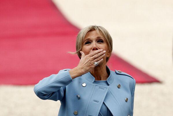 Małżonka prezydenta elekta Francji Emmanuela Macrona przed rozpoczęciem ceremonii zaprzysiężenia. - Sputnik Polska