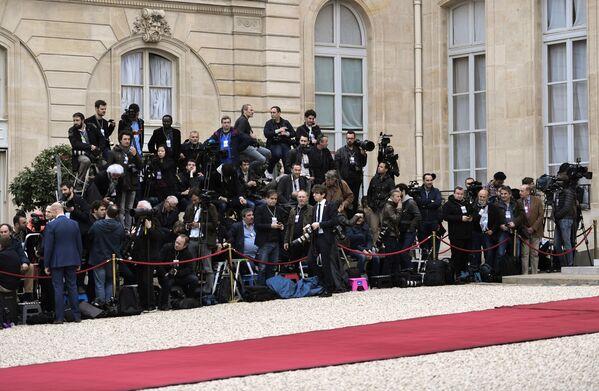 Dziennikarze w oczekiwaniu rozpoczęcia ceremonii zaprzysiężenia prezydenta elekta Francji Emmanuela Macrona. - Sputnik Polska