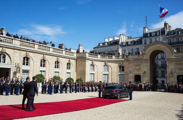 Były i nowy prezydenci Francji Francois Hollande i Emmanuel Macron w Paryżu. - Sputnik Polska