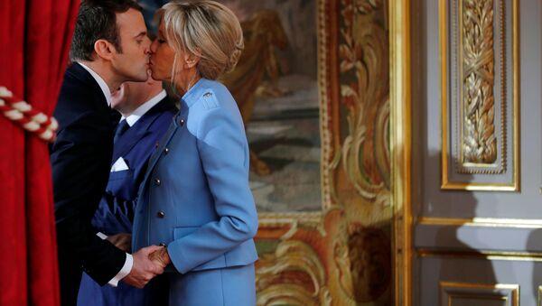 Prezydent Francji Emmanuel Macron ze swoją małżonką Brigitte podczas ceremonii zaprzysiężenia. - Sputnik Polska
