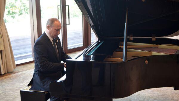 Putin zagrał na pianinie oczekując na Xi Jingpinga - Sputnik Polska