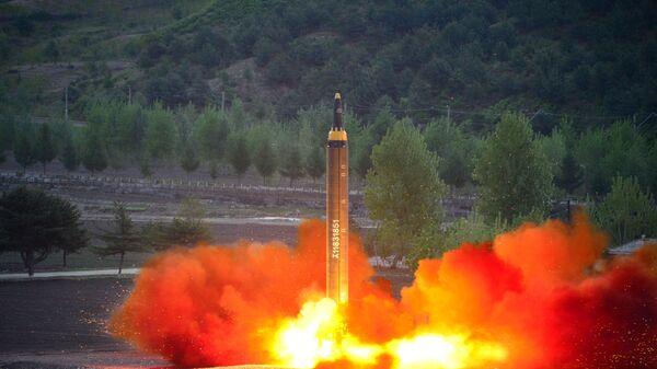 Próba rakiety balistycznej średniego zasięgu Hwasong-12 w KRLD - Sputnik Polska