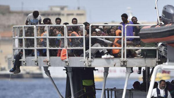 Imigranci we włoskim porcie - Sputnik Polska