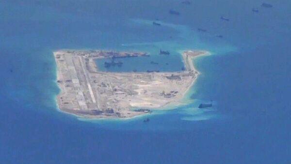Chińskie okręty przy rafie Fiery Cross Reef na Morzu Południowochińskim - Sputnik Polska