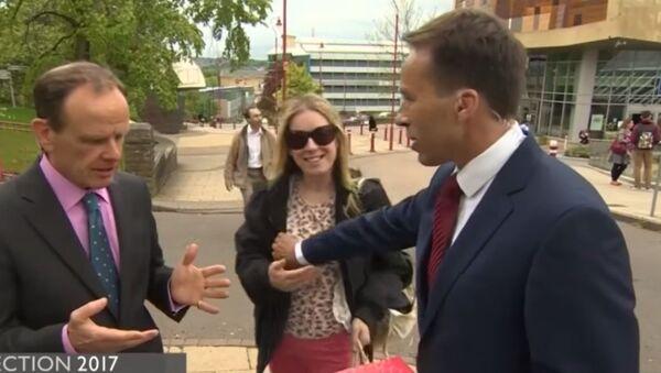 Prowadzący BBC przypadkowo złapał kobietę za pierś na antenie - Sputnik Polska