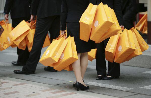 Люди с пакетами в торговом районе Токио - Sputnik Polska