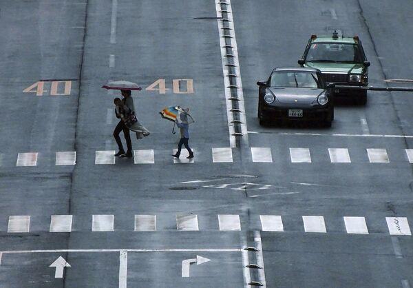 Прохожие переходят дорогу в Токио - Sputnik Polska