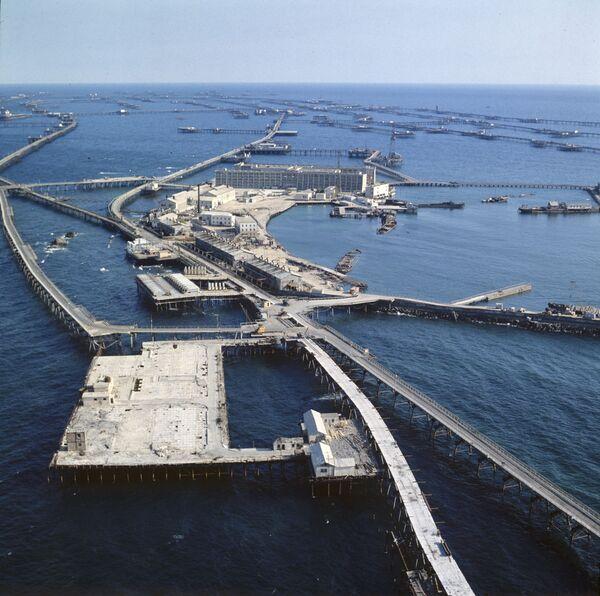 Neft Daşları (dosł. kamienie naftowe) - osiedle w Azerbejdżanie usytuowane na Morzu Kaspijskim. Zostało wybudowane w 1949 roku na metalowych rusztowaniach w celu eksploatacji ropy naftowej z dna morza. - Sputnik Polska