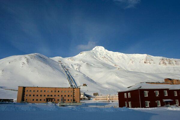 Osada górnicza Pyramiden na archipelagu Svalbard, na wyspie Spitsbergen. W 1998 roku została ewakuowana i opuszczona. - Sputnik Polska
